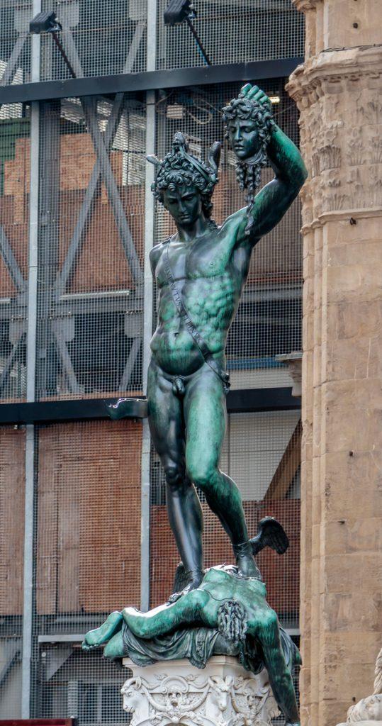 Perseo holding Medusa's head