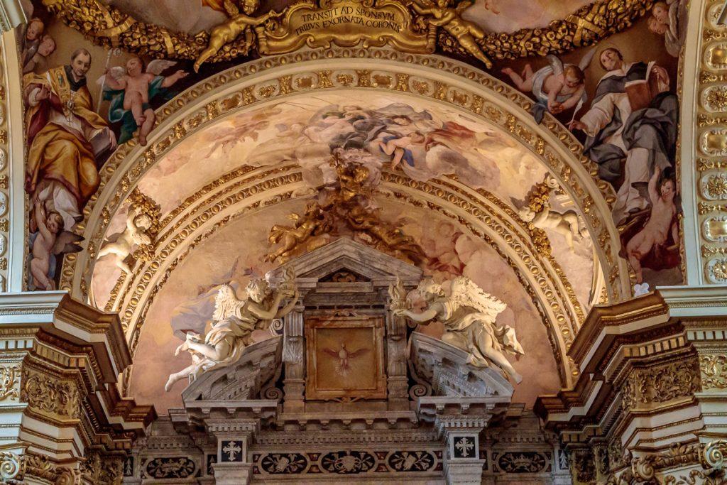 Arch above the Crucifix